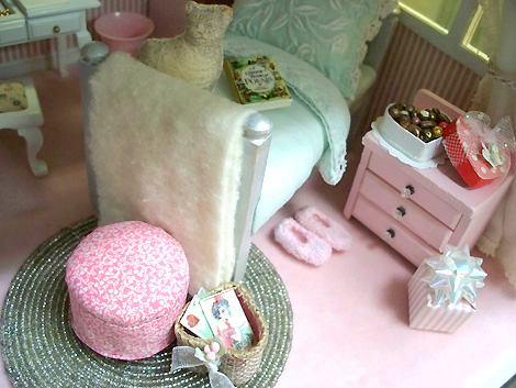 Miniature_dollhouse_bedroom_pink