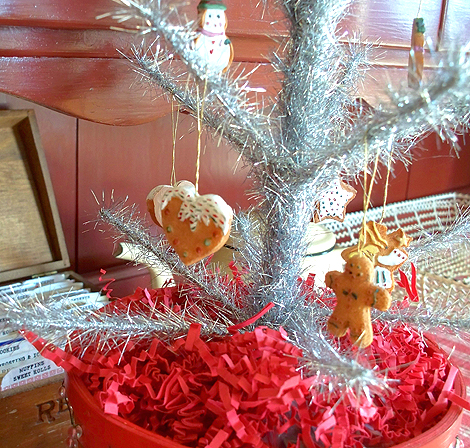 Gingerbread_tinsel_tree_2